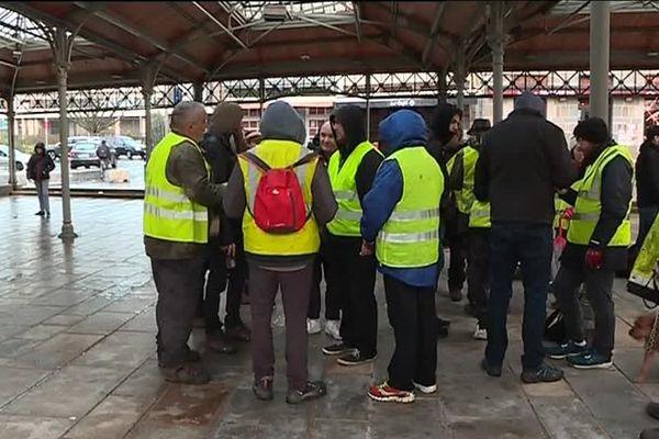Lycéens et gilets jaunes dans le centre de St Brieuc ce 7 décembre 2018