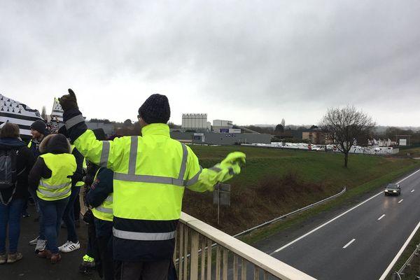 Après être passés par le centre-ville de Saint-Brieuc, puis par Langueux, ce matin, cet après-midi du 15 décembre 2018, les gilets jaunes sont à Hillion