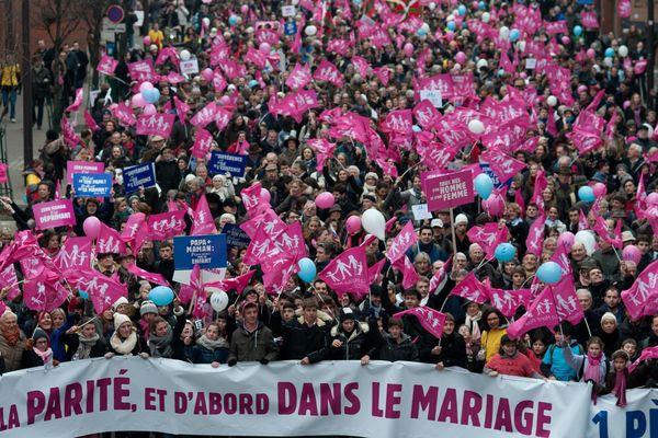 De 340 000 personnes, selon la Préfecture de police, à  environ 800 000 personnes, selon les organisateurs ont manifesté  à Paris contre le Mariage pour Tous.