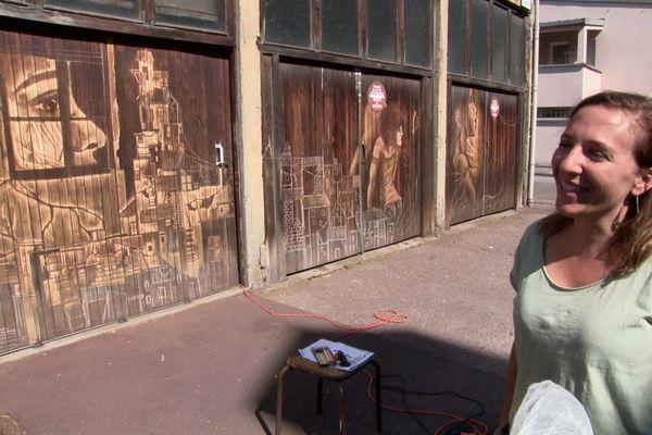 Olivia Paroldi, artiste graveuse de Cannes a effectué pour la première fois l'intégralité de son travail dans la rue.