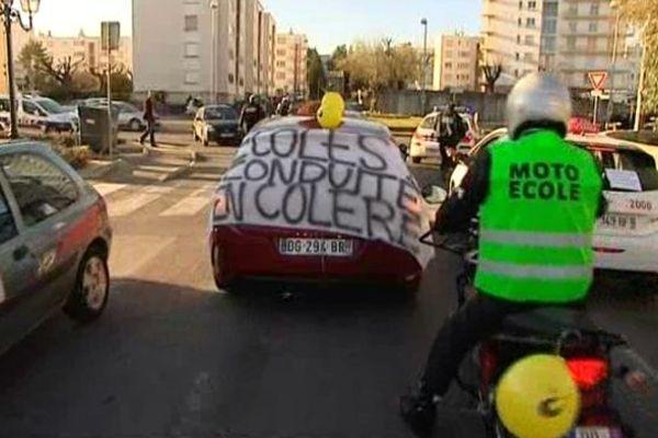 Manifestation de voitures et de motos d'auto-écoles à Alès dans le Gard - 9 février 2015