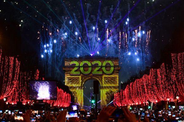 Les lumières du feu d'artifice, tiré aux 12 coups de minuit depuis le toit de l'Arc de Triomphe.