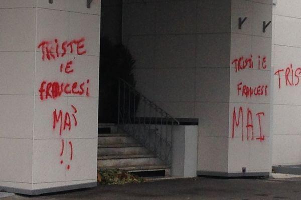 """21/11/15 - """"Tristi ie francesi mai"""" (triste oui, français jamais) : les murs de la mairie de Bastia (Haute-Corse) ont été tagués suite à la prise de position du maire nationaliste de Bastia Gilles Simeoni pour que soit chanté la Marseillaise lors du match de Ligue 1 SC Bastia-GFC Ajaccio, samedi soir à Furiani."""