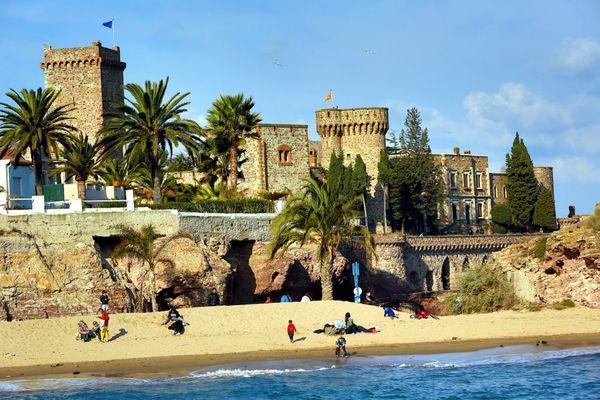 Le château de la Napoule borde la Méditerranée entre l'Estérel et Mandelieu.