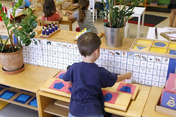 Dans une école Montessori, un atelier d'éveil sensoriel et kinesthésique - Photo d'illustration