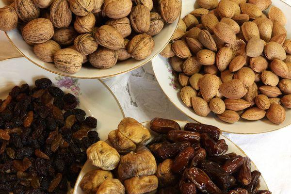 Les fruits secs font partie des treize desserts. Ils représentent des ordres religieux, on les appelle les mendiants.