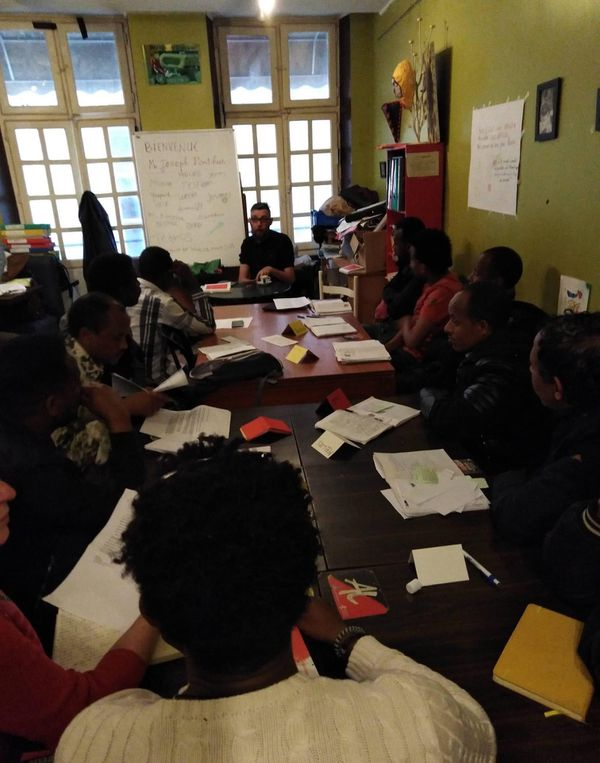 Au 1er étage de la Perle, chaque jour ou presque, des migrants viennent prendre des cours de français. Ils sont accompagnée par des enseignants bénévoles.