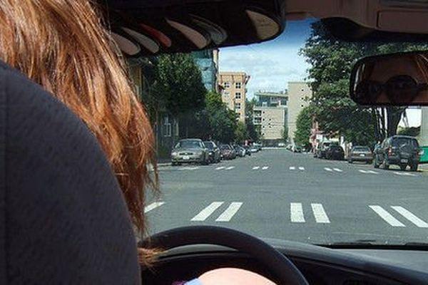Les femmes au volant ont moins d'accidents que les hommes