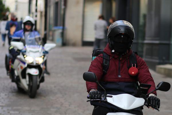 Les scooters de livraison à moteur thermique ne pourront bientôt plus circuler après 11h30 dans les rues piétonnes de Nantes