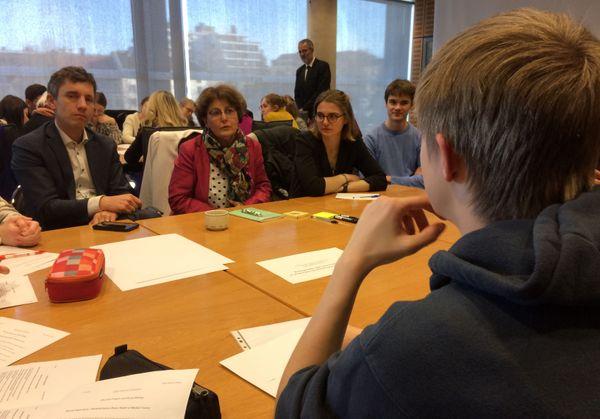 Bruno Studer et Michèle Victory, députés français entourés de jeunes pour parler d'éducation