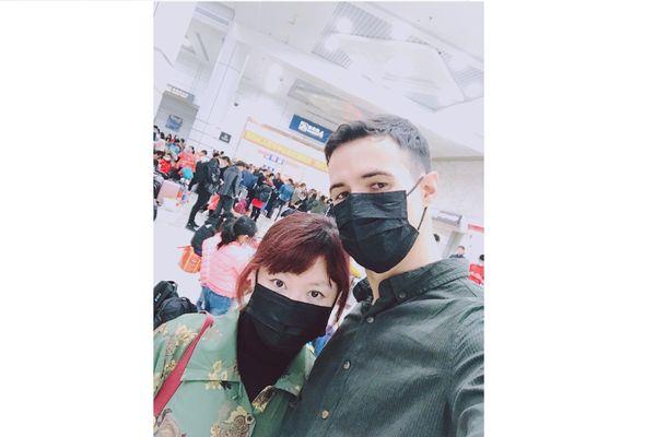 Hugues Péguillet et Di, sa femme, à Canton, lors de leur départ pour Shaoyang.