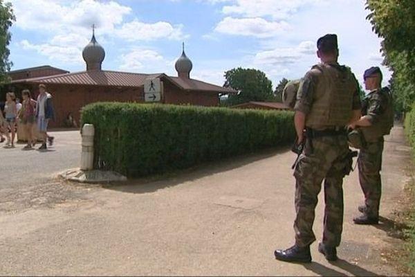 Des militaires assurent la sécurité des jeunes chrétiens rassemblés à Taizé, en Saône-et-Loire.