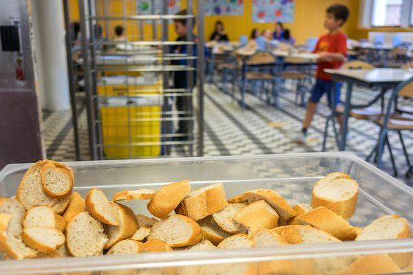 La mairie d'Ambert propose à des personnes de plus de 60 ans de venir déjeuner avec des élèves pour créer du lien générationnel. (Photo d'illustration)