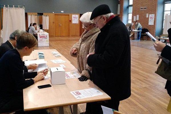 Dans un bureau de vote, salle Osète, à Toulouse dimanche matin