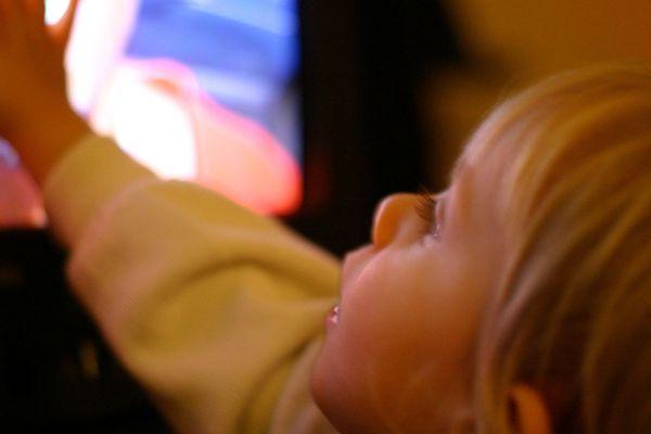Un quart des français reconnaissent avoir déjà confié une tablette à un enfant de moins de 6 ans et 27% laissent régulièrement leur téléviseur allumé en présence d'un enfant de moins de 3 ans.