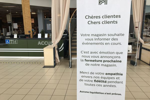 Cette pancarte indiquant la fermeture d'Alinéa a été installée à l'entrée du magasin.