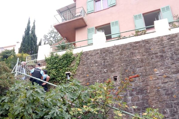 Henri Kaloustian en discussion avec les gendarmes dans sa maison.