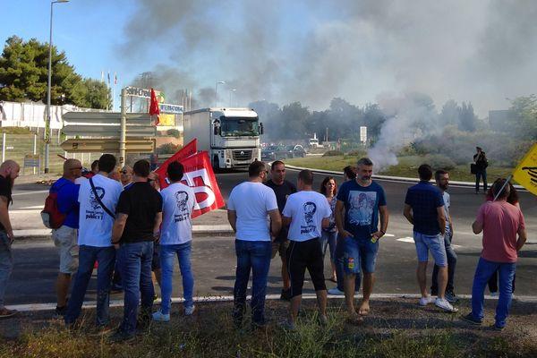 Les cheminots de l'Hérault, de l'Aude et des Pyrénées-Orientales bloquent le marché St Charles à Perpignan.