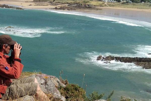 Un bénévole de l'agence des aires marines protégées recense les pêcheurs à pied de Erquy (22). Une opération menée sur le littoral breton et normand de la Manche