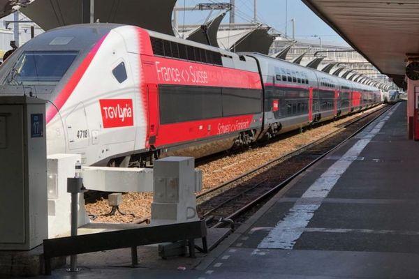 Les passagers de ce TGV ont attendu près de 3 heures avant d'être évacués.