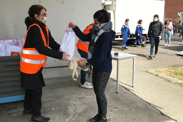Ce mercredi, 350 colis ont été distribués à la cité universitaire Daniel Faucher à Toulouse. Une opération organisée par le Crous et la banque alimentaire.