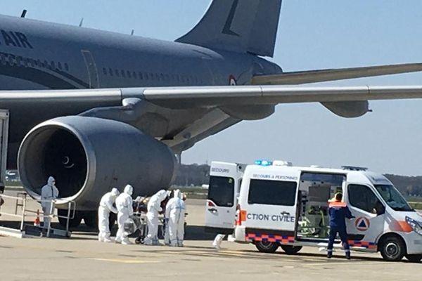 Les 6 nouveaux patients atteints du coronavirus ont été transféré ce mercredi depuis le Grand Est vers l'aéroport de Toulouse-Blagnac dans un avion militaire médicalisé.