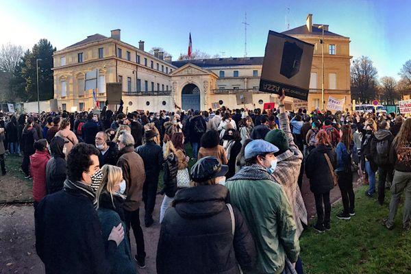 """Une nouvelle manifestation contre la loi Sécurité Globale à Caen ce 28 novembre qui a réuni toutes les générations, pour le premier jour de confinement """"allégé"""" et alors que partout en France des rassemblements étaient organisés"""
