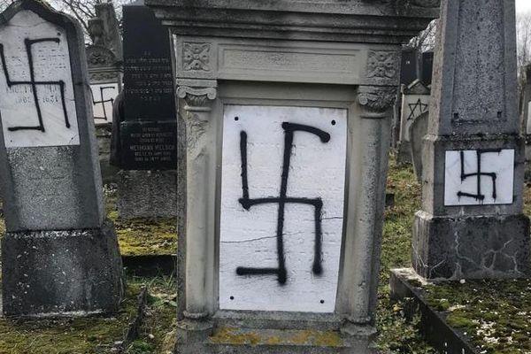 Plusieurs dizaines de stèles du cimetière juif de Herrlisheim ont été profanées dans la nuit du lundi 10 au mardi 11 décembre 2018.