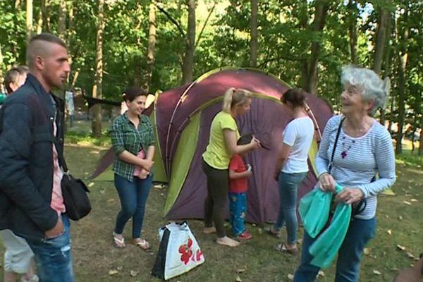 Des bénévoles en soutien à ces migrants installés précairement, sous des tentes, à Reims