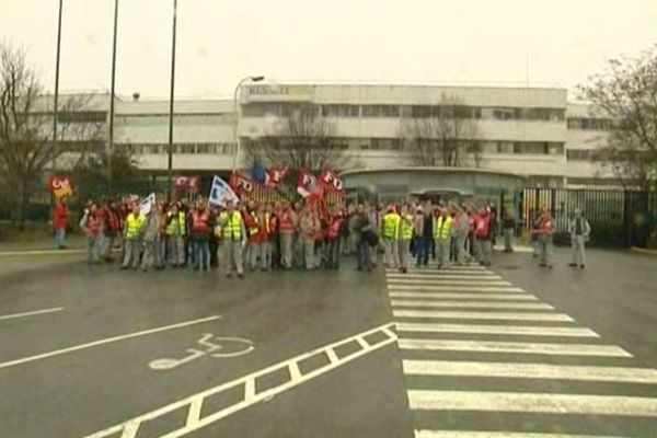 Un tiers des salariés ont débrayé et manifesté devant l'usine de Douai ce matin