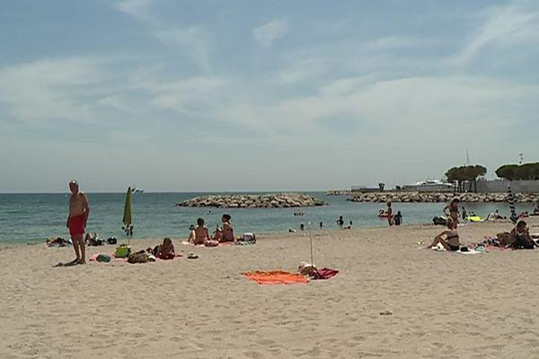 L'enfant se baignait sur la plage du Vieux Rocher à Golfe-Juan.