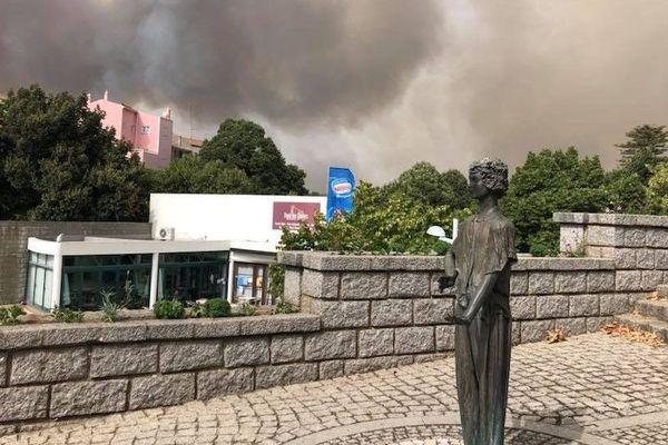 L'incendie menace la ville de Monchique, au sud du Portugal, le 5 août 2018.