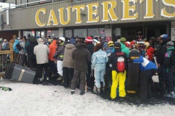 Les skieurs sont regroupés pour l'évacuation