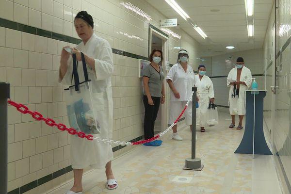 Cheminement sécurisé et masques obligatoires jusqu'à l'entrée des bassins.