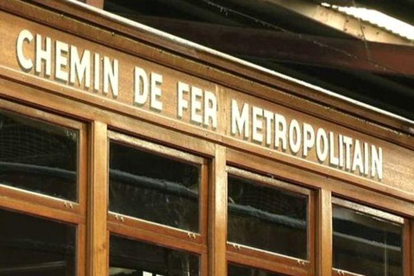 Année 1900, la voiture du métropolitain est en bois