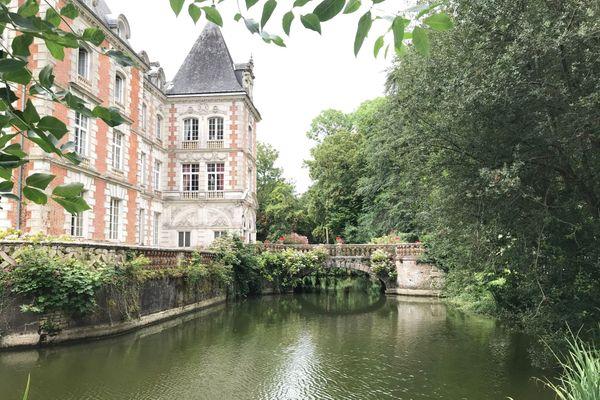 """Le château du Rocheux dit """"château des énigmes"""" à Fréteval au coeur d'un parc de 18 hectares."""