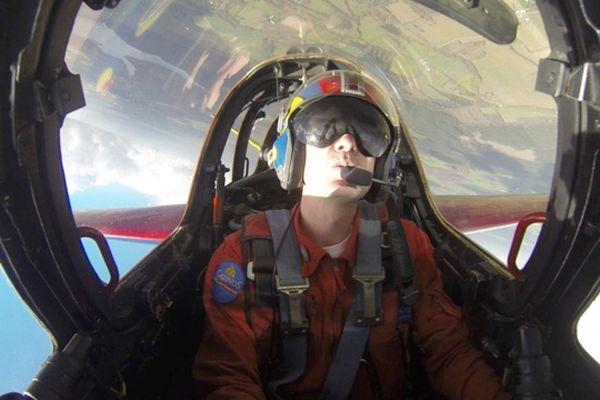 Hugues Duval a bord d'un avion de chasse Fouga Magister