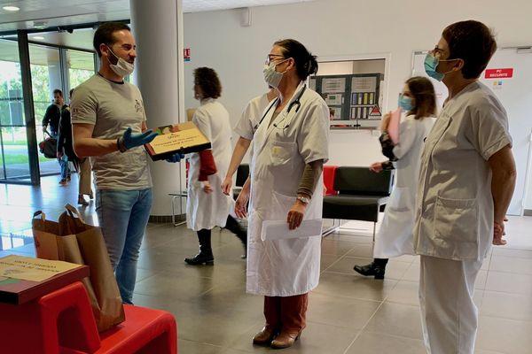 """""""On sait cuisiner, on ne sait pas soigner"""" Cédric Pizon remet le produit de sa cuisine aux personnels de l'hôpital des Sables-d'Olonne"""