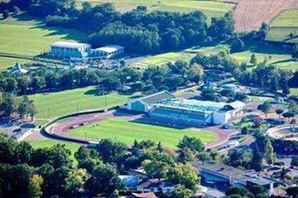 Le superbe stade d'Hagetmau dans les Landes, vue aérienne