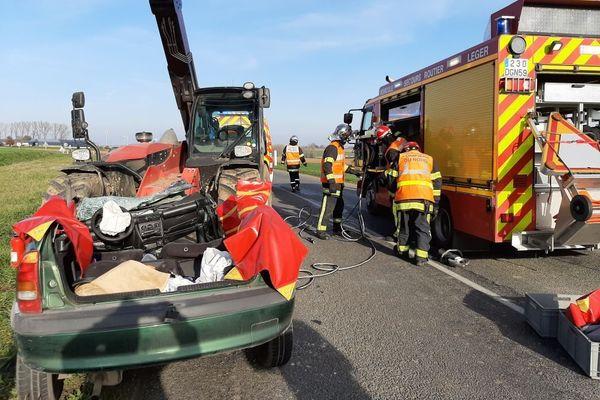 La voiture a percuté de face un engin agricole  de levage  sur la départementale 45 à hauteur de Bethencourt. D'après les premiers éléments de l'enquête, la vitesse trop élevée du véhicule serait en cause.