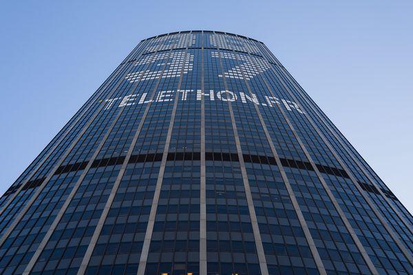"""L'inscription """"36 37"""", sur la tour Montparnasse, à Paris."""