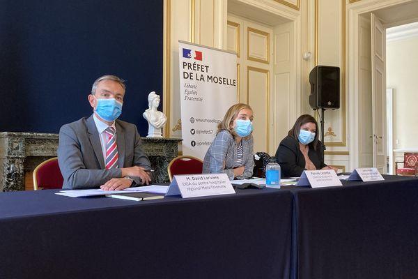 Le point presse du 27 juillet 2021 s'est tenu en présence de David Larivère, directeur général adjoint du CHR Metz-Thionville, de Parvine Lacombe, directrice de cabinet du préfet de la Moselle et de Lamia Himer, déléguée territoriale de l'ARS.