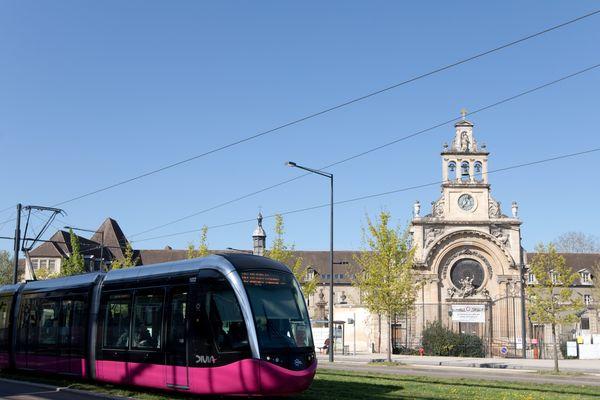 Le tramway dijonnais de la ligne T2, entre les arrêts 1er-Mai et Monge, en avril 2018.