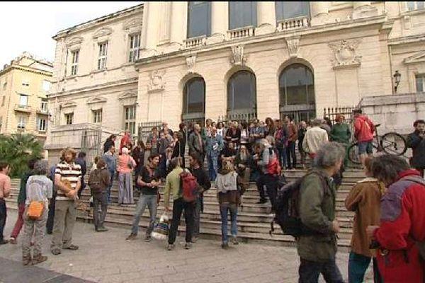 Des militants associatifs et politiques devant le palais de justice de Nice vendredi ont demandé la libération de l'un des leurs, placé en garde à vue.