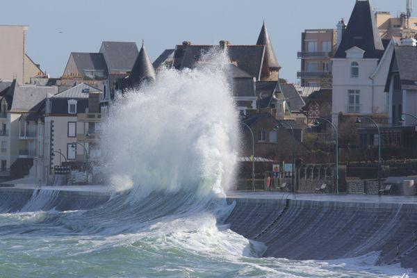 Grande marée : Oh la belle vague ! -  Saint-Malo (Ille-et-Vilaine)