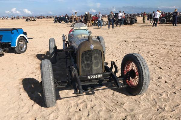 A bord de leur véhicule, les participants s'élancent sur 200 m de sable.