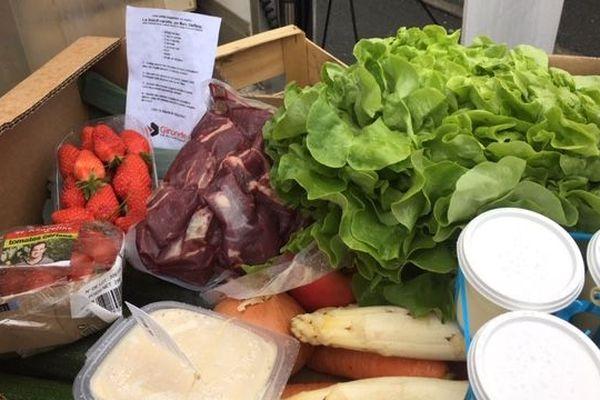 Les paniers suspendus sont composés de laitages, de fruits et légumes ainsi que de viande.
