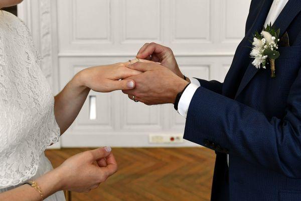 Annuler, reporter ou revoir tout à la baisse : dans le Bas-Rhin, les organisateurs de mariages doivent revoir leur copie depuis que le ministre de la santé a annoncé l'interdiction des événements privés de plus de 30 personnes dans les départements classés rouge.