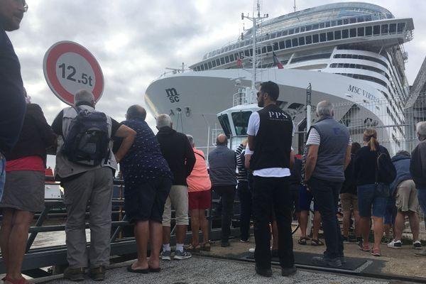 Plusieurs dizaines de personnes ont assisté au mouvement du MSC Virtuosa, le 24 août 2020