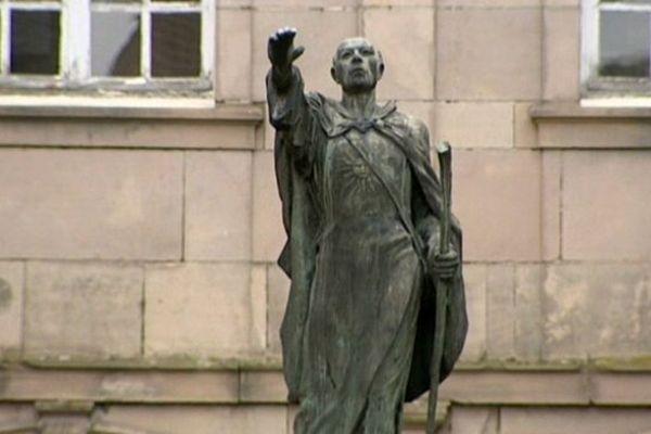 La statue de Saint Colomban à Luxeuil-les-Bains